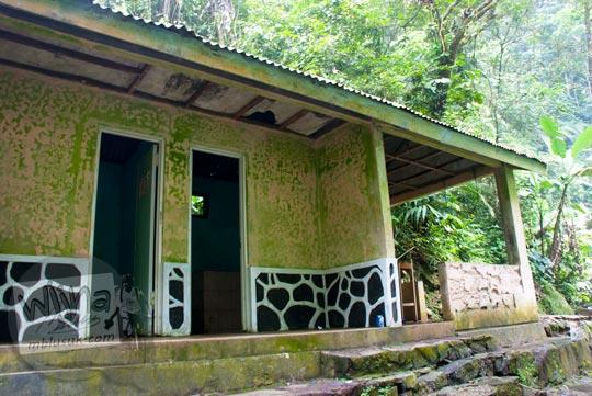 Bangunan toilet untuk pengunjung di lokasi wisata Curug Cipendok, Banyumas pada tahun 2016