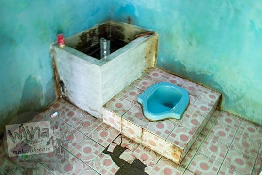 Suasana di dalam bilik toilet kotor dan jorok yang ada di lokasi Curug Cipendok, Banyumas pada tahun 2016