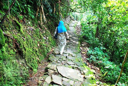 Jalan setapak menuju Curug Cipendok, Banyumas pada tahun 2016