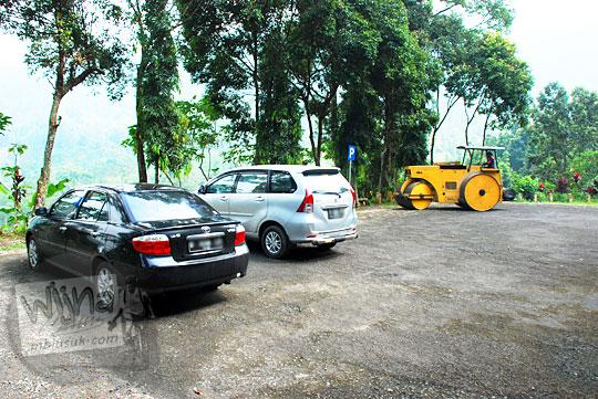 Lokasi parkir kendaraan pengunjung mobil, motor, dan bus di Curug Cipendok, Banyumas pada tahun 2016