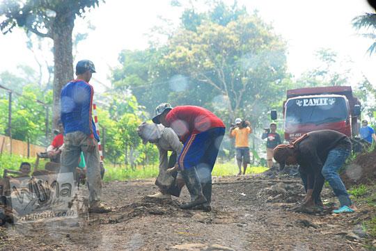 Pekerjaan perbaikan jalan menuju Curug Cipendok, Banyumas pada tahun 2016