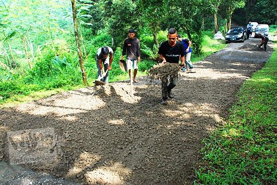 Proyek pengaspalan jalan di kawasan wisata Curug Cipendok, Banyumas pada tahun 2016