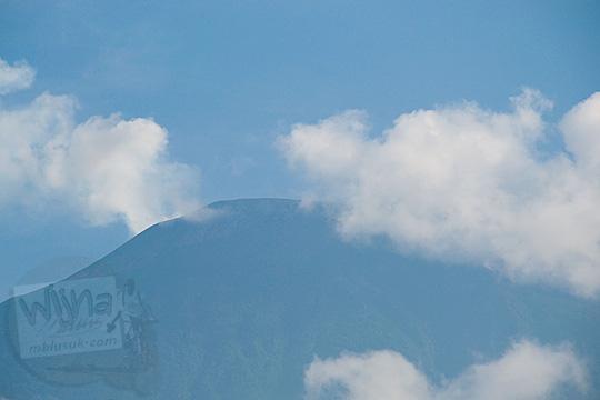 Puncak Gunung Slamet difoto dari kawasan wisata Baturaden, Banyumas pada tahun 2016