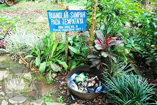 Tempat sampah di Curug Cipendok, Banyumas pada tahun 2016