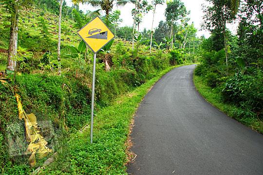 Kemiringan medan tanjakan arah ke Curug Cipendok, Banyumas pada tahun 2016