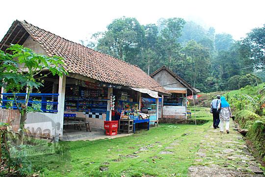 Warung-warung sederhana di lokasi Curug Cipendok, Banyumas pada tahun 2016