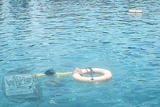 Ban pelampung sebagai pertolongan darurat tenggelam yang ada di Umbul Ponggok, Klaten, Jawa Tengah
