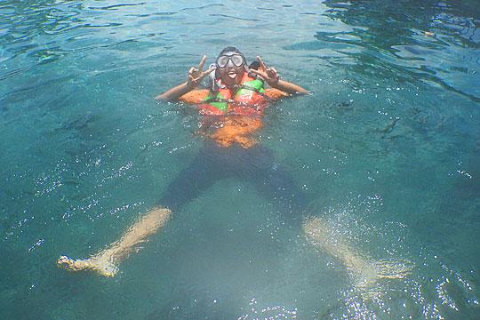 Tips memotret di dalam air Umbul Ponggok, Klaten menggunakan pelampung, snorkel, dan kaki katak