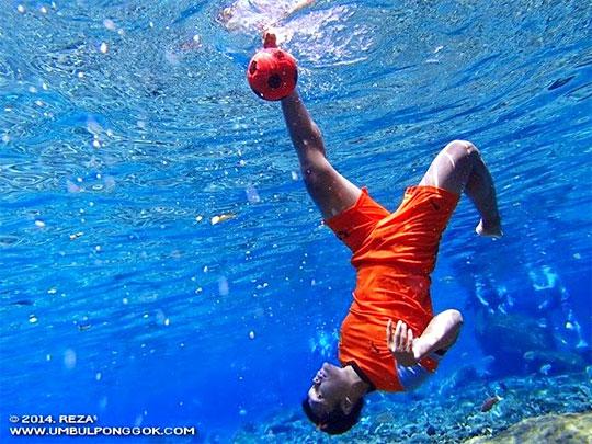 Contoh foto underwater eksotis di Obyek Wisata Umbul Ponggok, Klaten yang sering dishare di media sosial