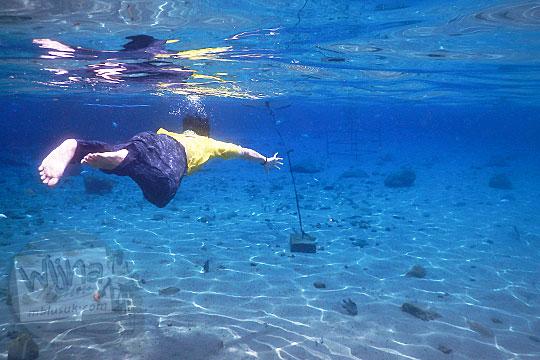 Tips dan trik menghasilkan foto bagus di bawah air Umbul Ponggok, Klaten sambil berenang bebas