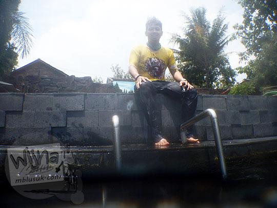 Para wisatawan beristirahat sejenak dari aktivitas berenang di Umbul Ponggok, Klaten, Jawa Tengah