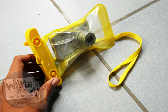 Kamera saku digital dimasukkan ke dalam plastik laminating untuk pemotretan bawah air di Umbul Ponggok, Klaten