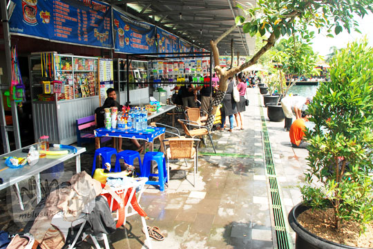 Warung penjual makanan dengan harga murah pelayanan ramah di Umbul Ponggok, Klaten, Jawa Tengah pada tahun 2016