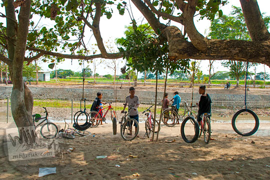 Anak-anak desa bersepeda santai di sekitar kawasan obyek wisata mistis Sendang Tirto Sinongko, Ceper, Klaten pada kemarau panjang Oktober 2015