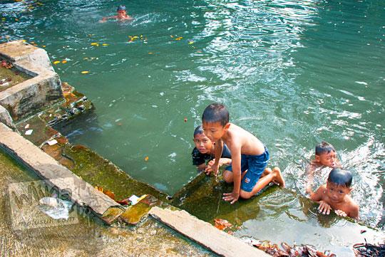 Anak-anak kecil cewek berenang telanjang di Sendang Tirto Sinongko, Ceper, Klaten pada Ramadhan Juni 2016