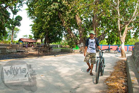 Pesepeda Yogyakarta kecewa mendapati kondisi air Sendang Tirto Sinongko, Ceper, Klaten kering pada kemarau panjang Oktober 2015