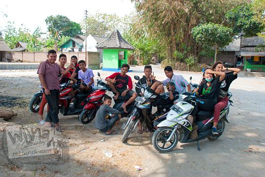 Remaja desa cewek cabe-cabean geng motor bergaul mesra di Sendang Tirto Sinongko, Ceper, Klaten pada kemarau panjang Oktober 2015