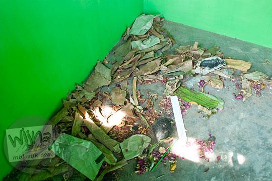 Bekas sesaji kembang dan dupa di salah satu bilik Sendang Tirto Sinongko, Ceper, Klaten untuk memuja nyai roro kidul rejeki lancar enteng jodoh