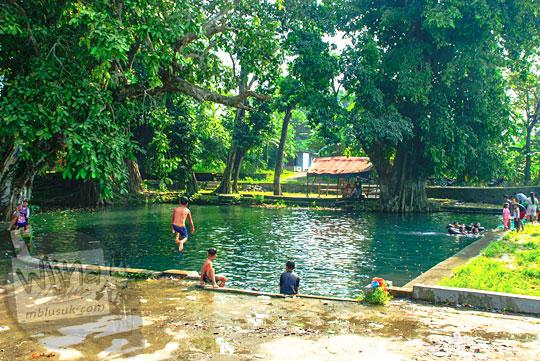 Suasana asri Sendang Tirto Sinongko, Ceper, Klaten tempat berenang cewek desa cakep pada Ramadhan Juni 2016