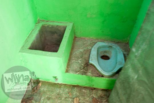 toilet umum dan wc di area wisata Sendang Tirto Sinongko, Ceper, Klaten pada Oktober 2015 nampak kotor dan tidak terawat