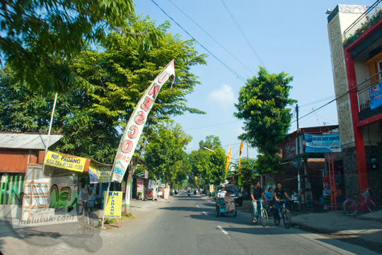 suasana jalan brawijaya pusat keramaian Kampung Inggris Pare Kediri Jawa Timur saat pagi hari