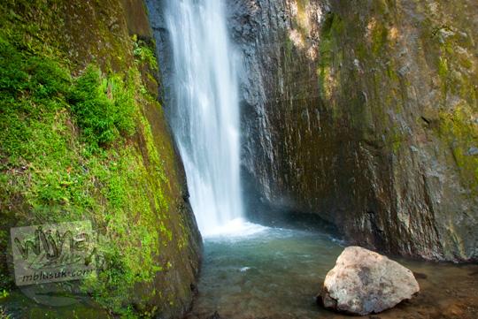 lokasi tempat mandi favorit wisatawan di dasar Air Terjun Dolo dekat batu besar mistis tempat semedi cari wangsit berkah pada September 2016