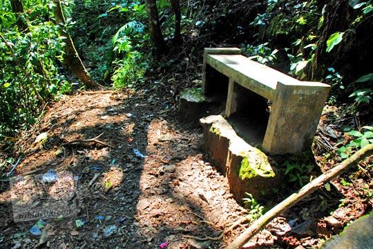 Pembenahan fasilitas wisata berupa bangku duduk di sepanjang jalan setapak menuju dasar Air Terjun Dolo, Besuki, Kediri pada September 2016