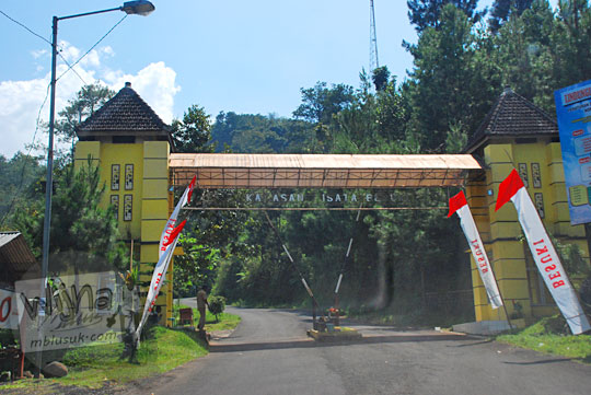 Gerbang masuk tempat petugas tidak resmi memungut tarif tiket masuk retribusi terbaru kawasan wisata Besuki ke Air Terjun Dolo dan Air Terjun Irenggolo di Kediri pada September 2016
