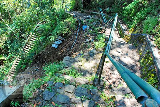 Penyebab bencana tanah longsor di jalan menuju dasar Air Terjun Dolo, Besuki, Kediri dan langkah-langkah antisipasinya pada September 2016