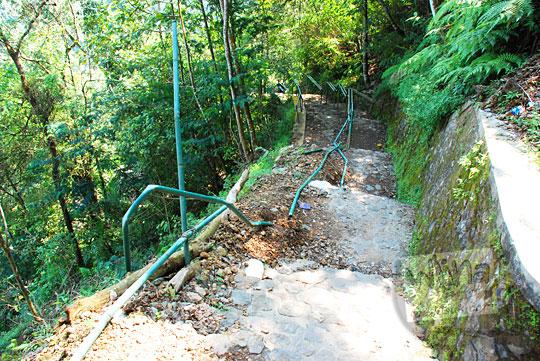 Kapan ada perbaikan jalan setapak pembatas besi rusak menuju dasar Air Terjun Dolo, Besuki, Kediri pada September 2016