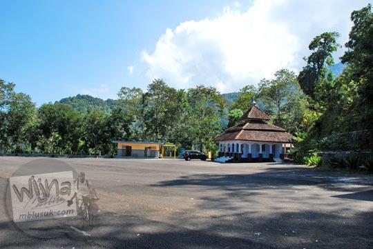 Tarif diskon tiket parkir bus, mobil, dan motor di lokasi parkir wisata Air Terjun Dolo di Desa Jugo, Kediri yang luas pada September 2016