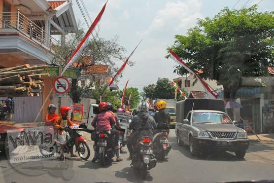 Kemacetan parah menuju lokasi wisata Air Terjun Dolo di Kediri di Jalan Argowilis dekat Terminal Tamanan pada September 2016