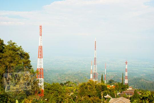 jumlah daftar alamat perusahaan menara pemancar televisi di Desa Jugo dalam perjalanan menuju ke lokasi wisata Air Terjun Dolo, Besuki, Kediri pada September 2016