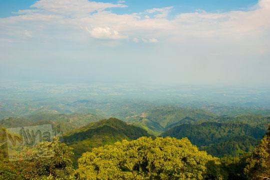 panorama pemandangan indah Kabupaten Kediri dari ketinggian di sepanjang jalan tanjakan menuju ke Air Terjun Dolo pada September 2016