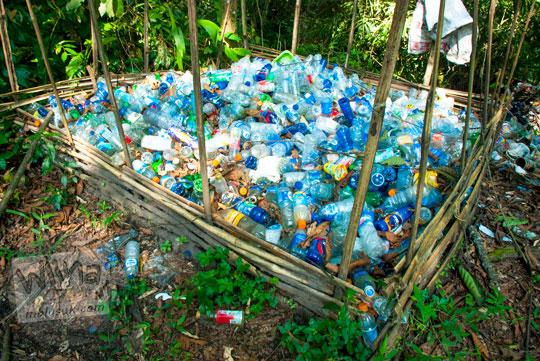 sampah botol plastik bekas minuman aqua mizone minute maid puply orange dikumpulkan oleh pengelola kebersihan kawasan Air Terjun Dolo, Besuki, Kediri dan ditempatkan di belakang toilet pada September 2016