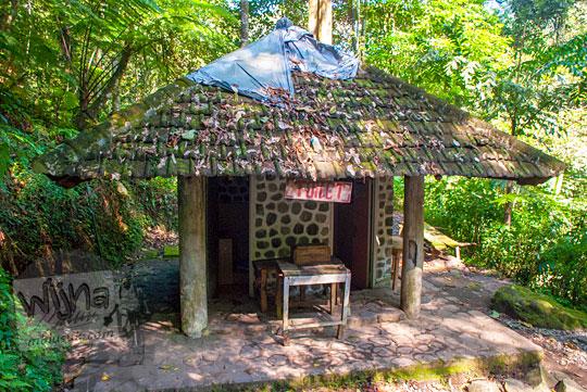 penampakan bangunan toilet wc umum dua bilik cowok cewek campur di tengah hutan di dasar Air Terjun Dolo, Besuki, Kediri dilengkapi kotak sumbangan pada September 2016