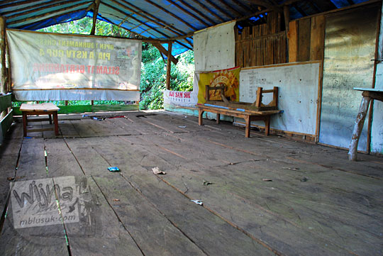 warga Desa Jugo, Kediri mengakui warung usahanya di Air Terjun Dolo tutup pada September 2016 karena merugi tidak ada pengunjung yang sudi membeli karena mayoritas bawa bekal dari Indomaret dan Alfamart
