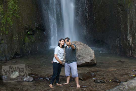 cowok dan cewek pacaran telanjang kualat kena ganggu makhluk gaib saat sedang berfoto selfie dengan latar Air Terjun Dolo, Besuki, Kediri pada September 2016