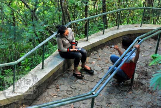 keluhan wisatawan cewek wanita kekasih cowok di Air Terjun Dolo, Kediri karena harus banyak naik-turun tangga yang panjang pada September 2016