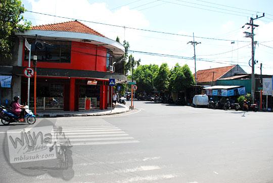 Pemandangan jalan raya di Kota Mojokerto di seberang dekat rumah makan terkenal Depot Anda, Jawa Timur pada September 2016