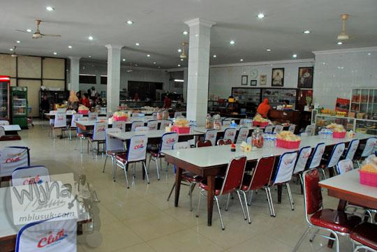 suasana di dalam rumah makan Depot Anda, Mojokerto, Jawa Timur yang penuh dengan aroma dupa hio yang dibakar pada upacara tionghoa pada September 2016