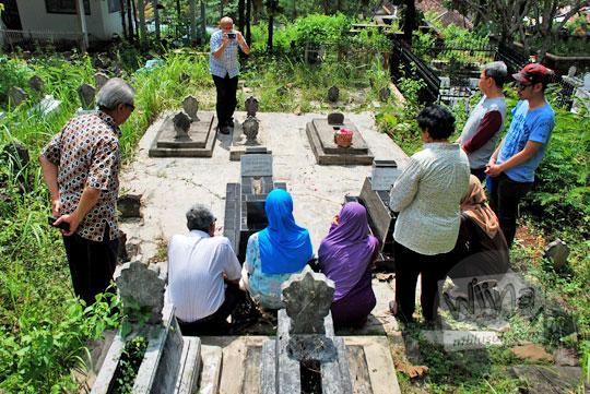 hukum berdoa meminta berkah di kuburan yang sering dilakukan sebagai tradisi dan budaya orang Jawa