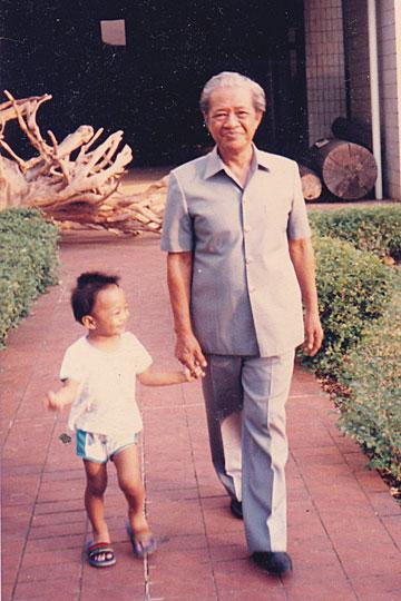 foto lama seorang PNS di kementrian kehutanan berfoto bersama cucunya yang masuk dengan jalur cepat