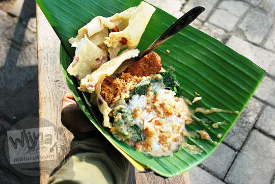 wujud sajian nasi pecel yu gembrot yang paling enak di madiun dan bumbu pecelnya boleh dibeli