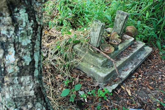 makam tidak terawat dan terkesan angker yang ada di madiun jawa timur ini dipercaya sebagai makam seorang tokoh sakti yang memiliki pasukan gaib semasa hidupnya