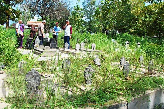 kuburan angker di magetan yang tidak terawat dan ditumbuhi rumput-rumput ilalang lebat adalah sarang bagi ular berbisa dan makhluk gaib