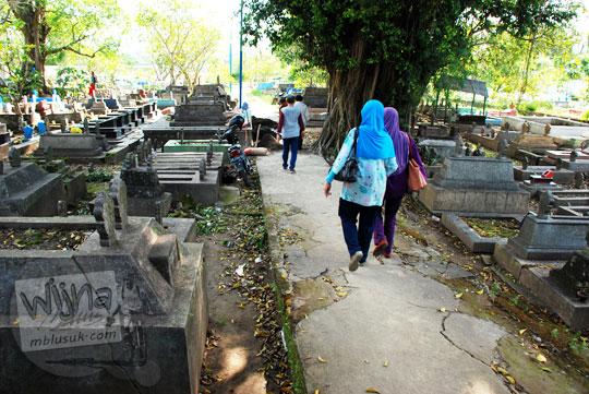 suasana pemakaman angker precet di madiun dekat dengan sungai bengawan solo yang sering meluap dan banjir