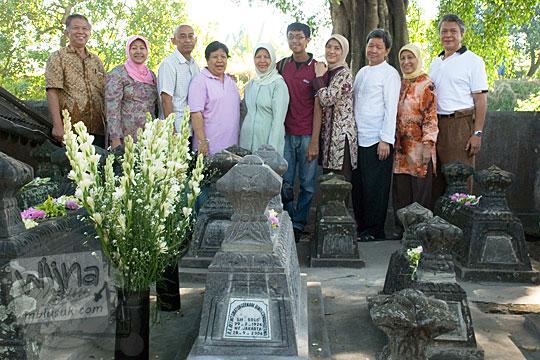 tradisi 1000 hari dalam budaya orang jawa adalah mendirikan nisan batu pada makam yang masih berupa gundukan tanah banyak dipraktekkan di wilayah yogyakarta dan jawa tengah