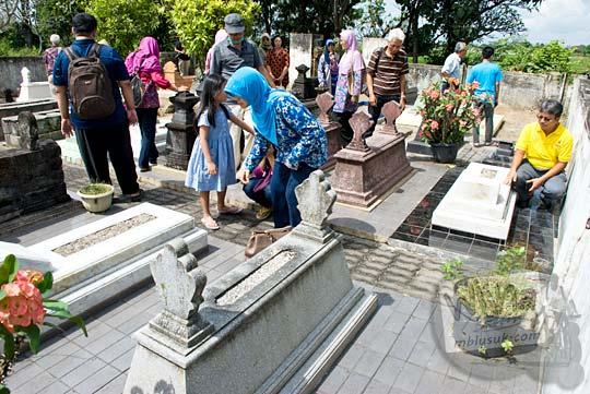 tradisi ziarah kubur dalam pandangan budaya orang jawa khususnya yogyakarta dan jawa tengah