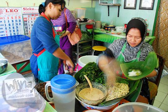 daftar harga makanan dan minuman di warung nasi pecel yu gembrot yang letaknya di dalam pasar besi joyo madiun
